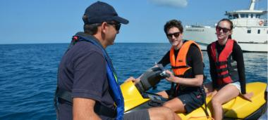 Distribution de documents pédagogiques et séance d'informations… sur le lagon.