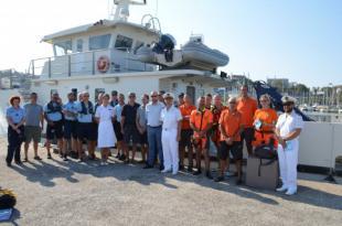 Juste avant le départ, regroupement devant l'Amborella des agents des Affaires maritimes, des gendarmes maritimes et des bénévoles de la SNSM, en tenue orange.