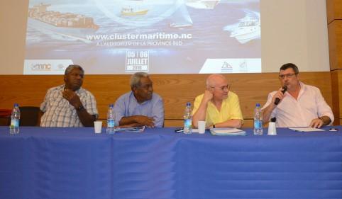 Le président du gouvernement aux côtés du Haut-commissaire et des représentants de la province des Îles et du Sénat coutumier.