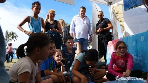 Philippe Germain devant le stand du parc naturel de la mer de corail