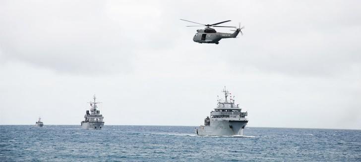 Le D'Entrecasteaux suivi du Vendémiaire et de la Moqueuse, tous trois de la Marine nationale.